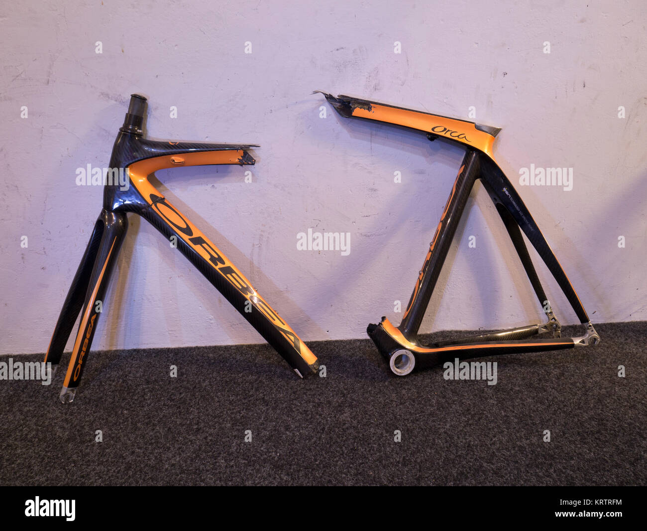 Broken carbon fibre bike frame Stock Photo: 169575720 - Alamy