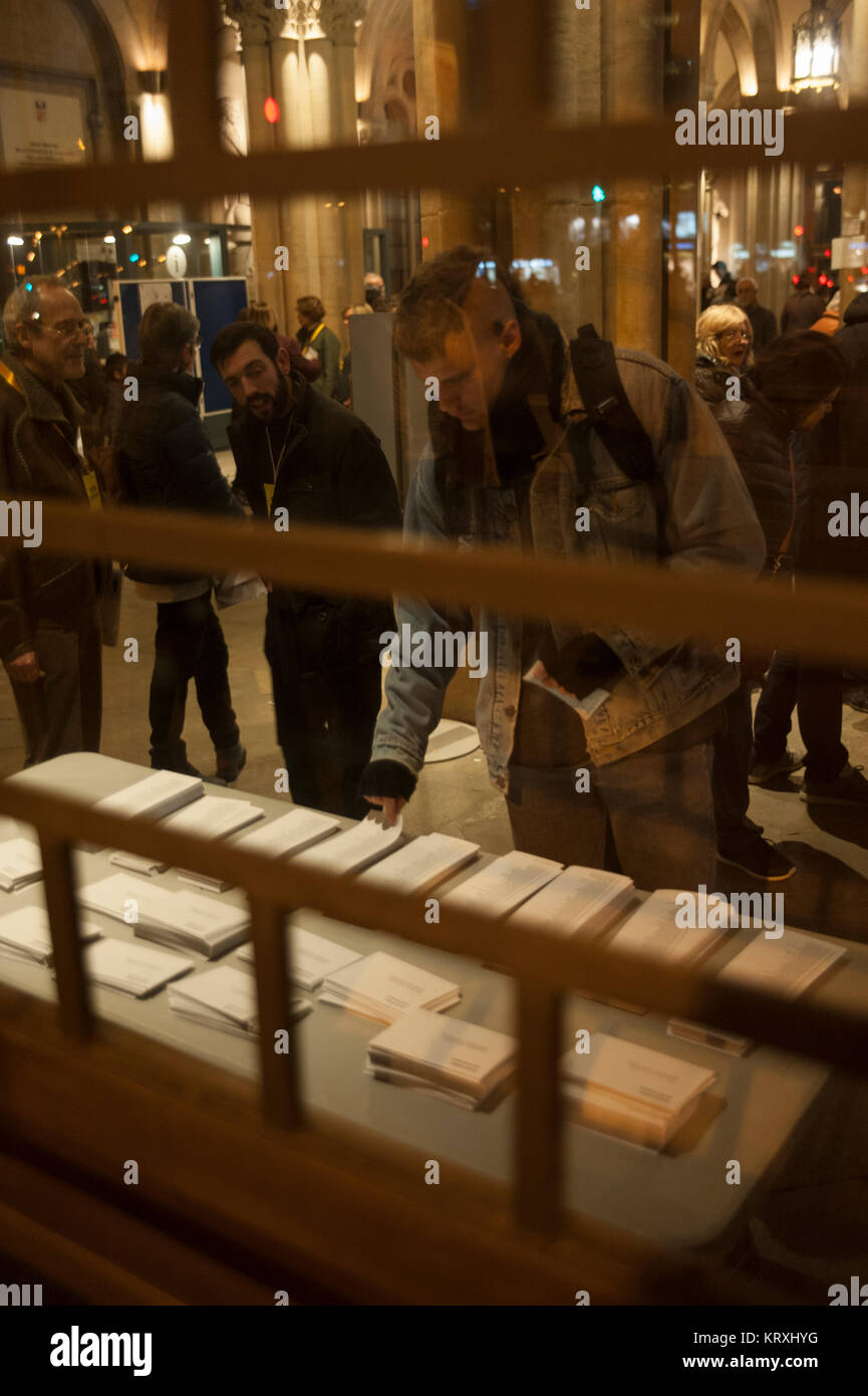 Barcelona, Spain. 21nd Dec, 2017. A man looks at ballot papers in a polling station for the Catalan regional election - Stock Image