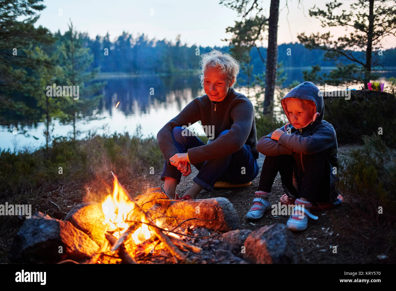 Mother and daughter by a campfire in Gullspang, Sweden - Stock Image