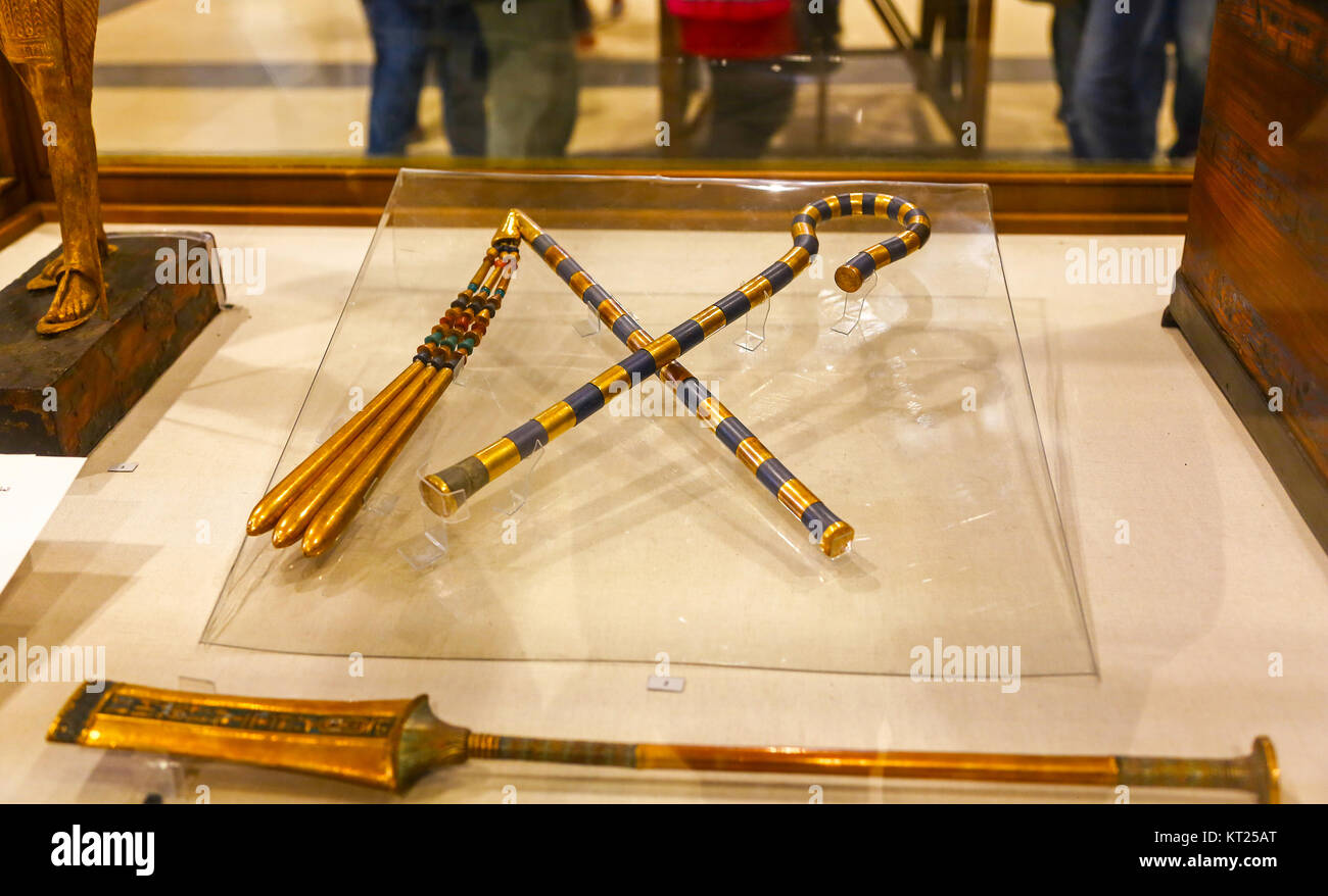 The crook (heka) and flail (nekhakha) from King Tutankhamen's tomb, Egyptian Museum of Antiquities, Cairo - Stock Image