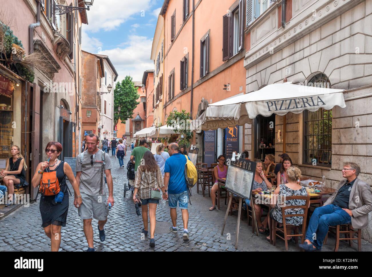 Sidewalk cafe and restaurant on Via della Scala, Trastevere, Rome, Italy - Stock Image