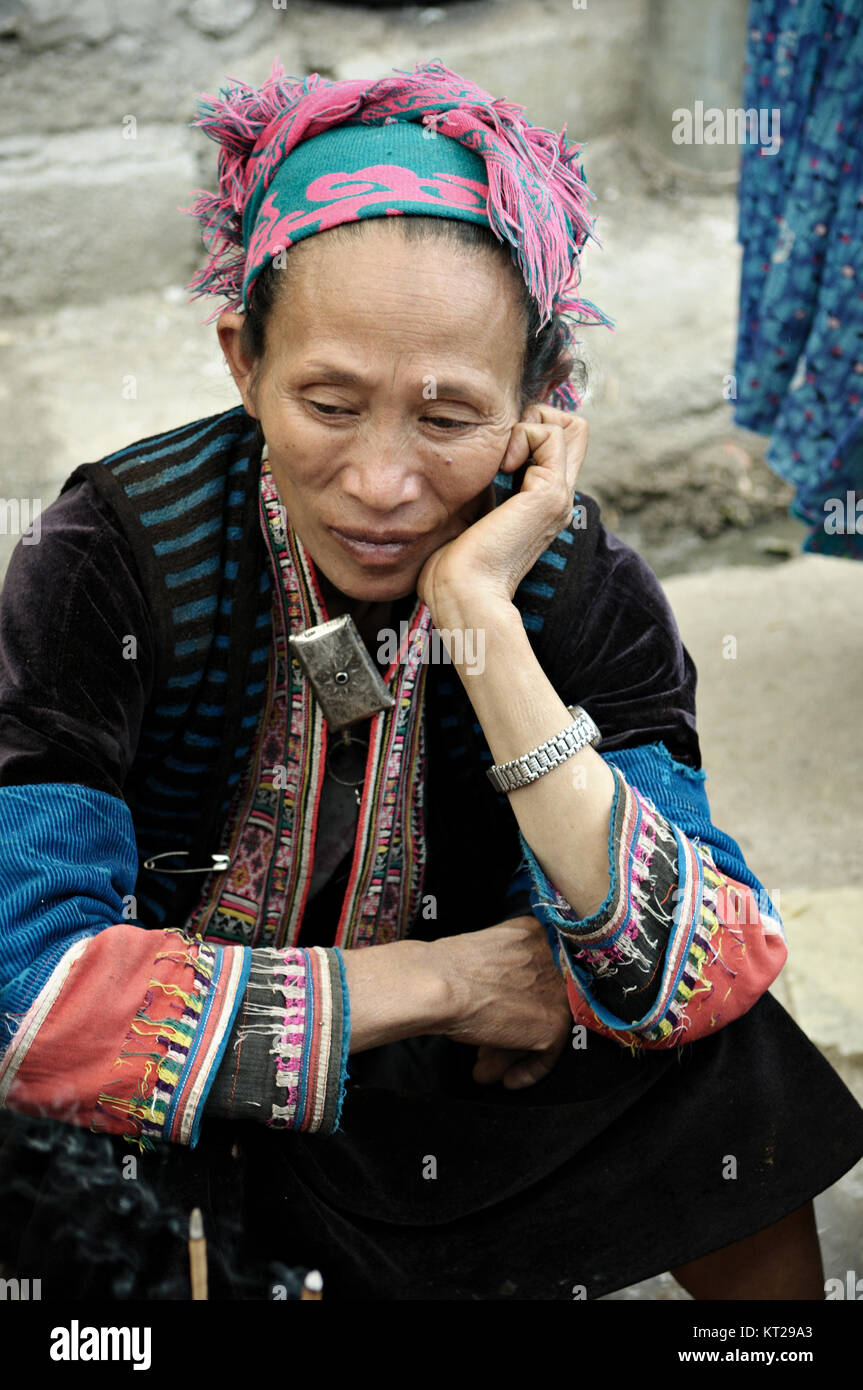 Tribeswoman sitting at Meo Vac market, Ha Giang province, north Vietnam - Stock Image