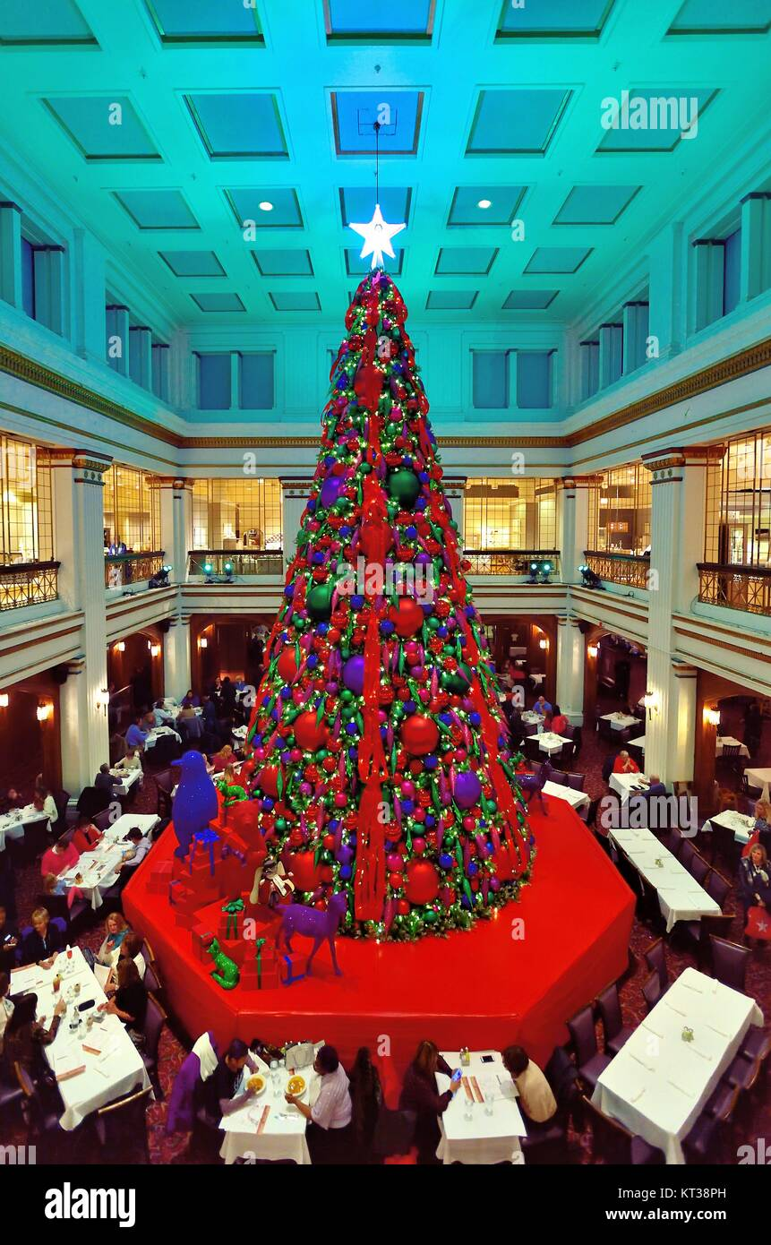 Macys Christmas Tree.The Colorfully Decorated Christmas Tree In The Walnut Room