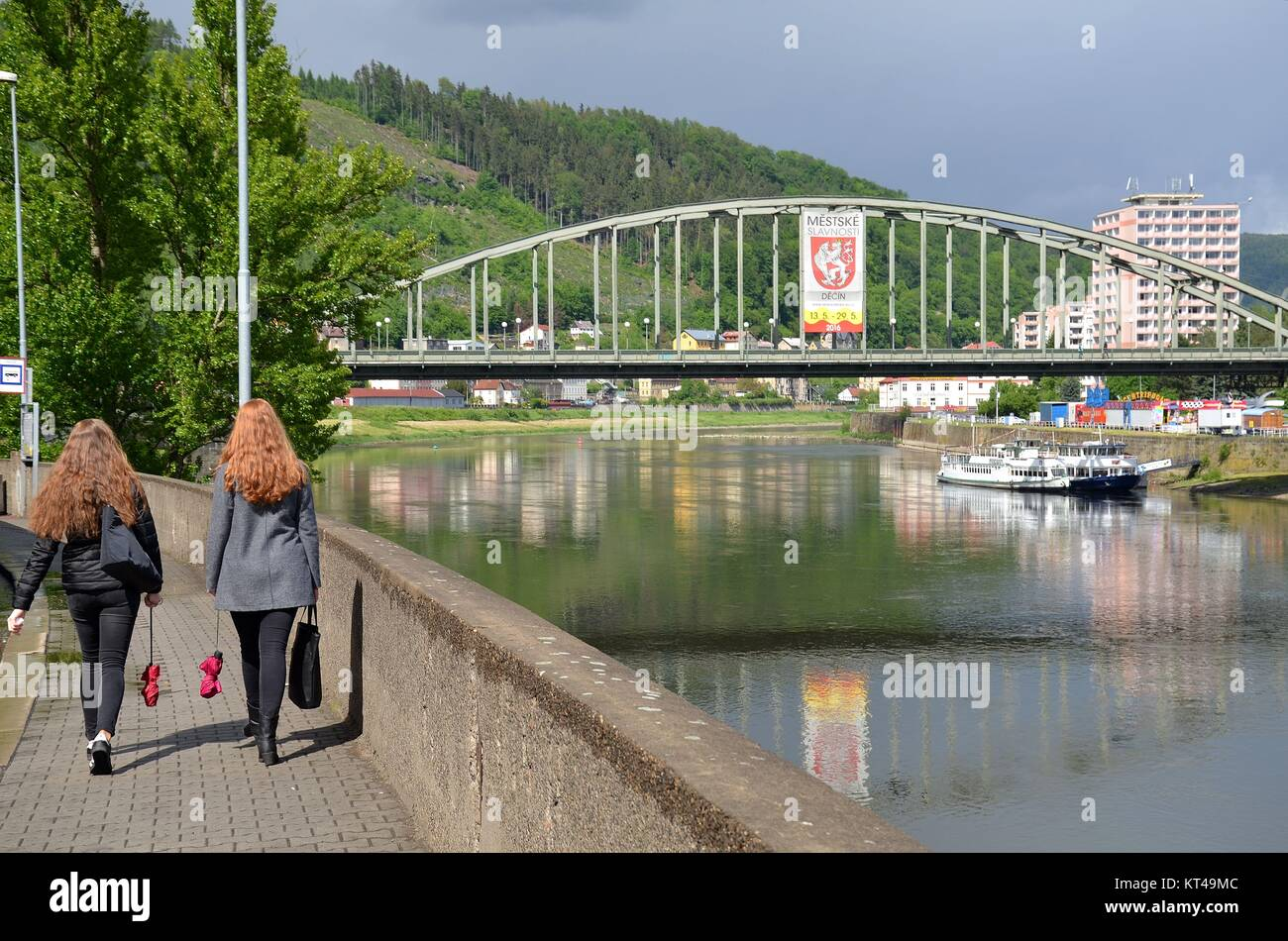 Děčín (Tetschen) at the river Labe (Elbe) in the Czech Republic: women walking by the river - Stock Image