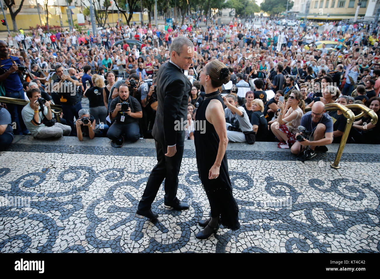 Ballerina Ana Botafogo dances with Carlinhos de Jesus during a protest against government funding cuts to the arts - Stock Image