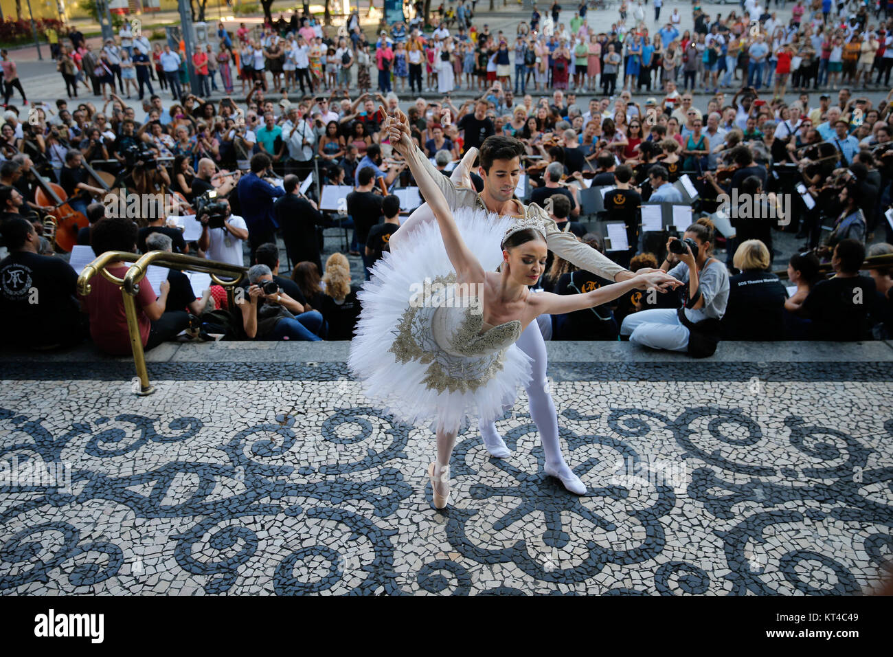 Ballet dancers Debora Ribeiro and Diego Lima perform during a protest against government funding cuts to the arts - Stock Image