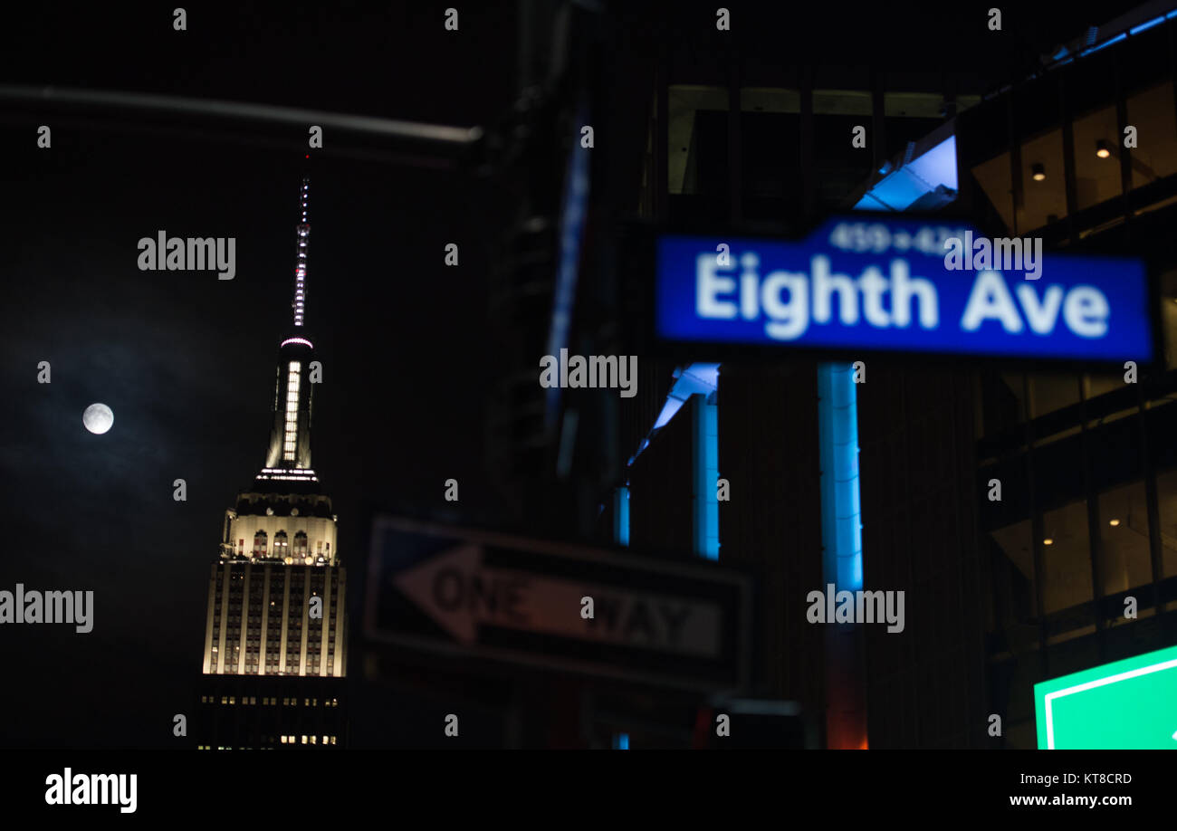 A perigee full moon, or supermoon, is seen next to the Empire State Building, Sunday, Sept. 27, 2015 in New York - Stock Image
