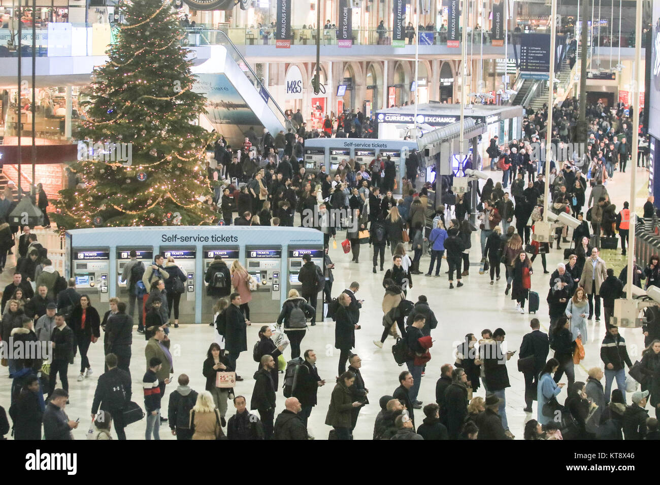London, UK. 22nd Dec, 2017. Thousands of commuters pack the concourse at Waterloo station to prepare to go home - Stock Image