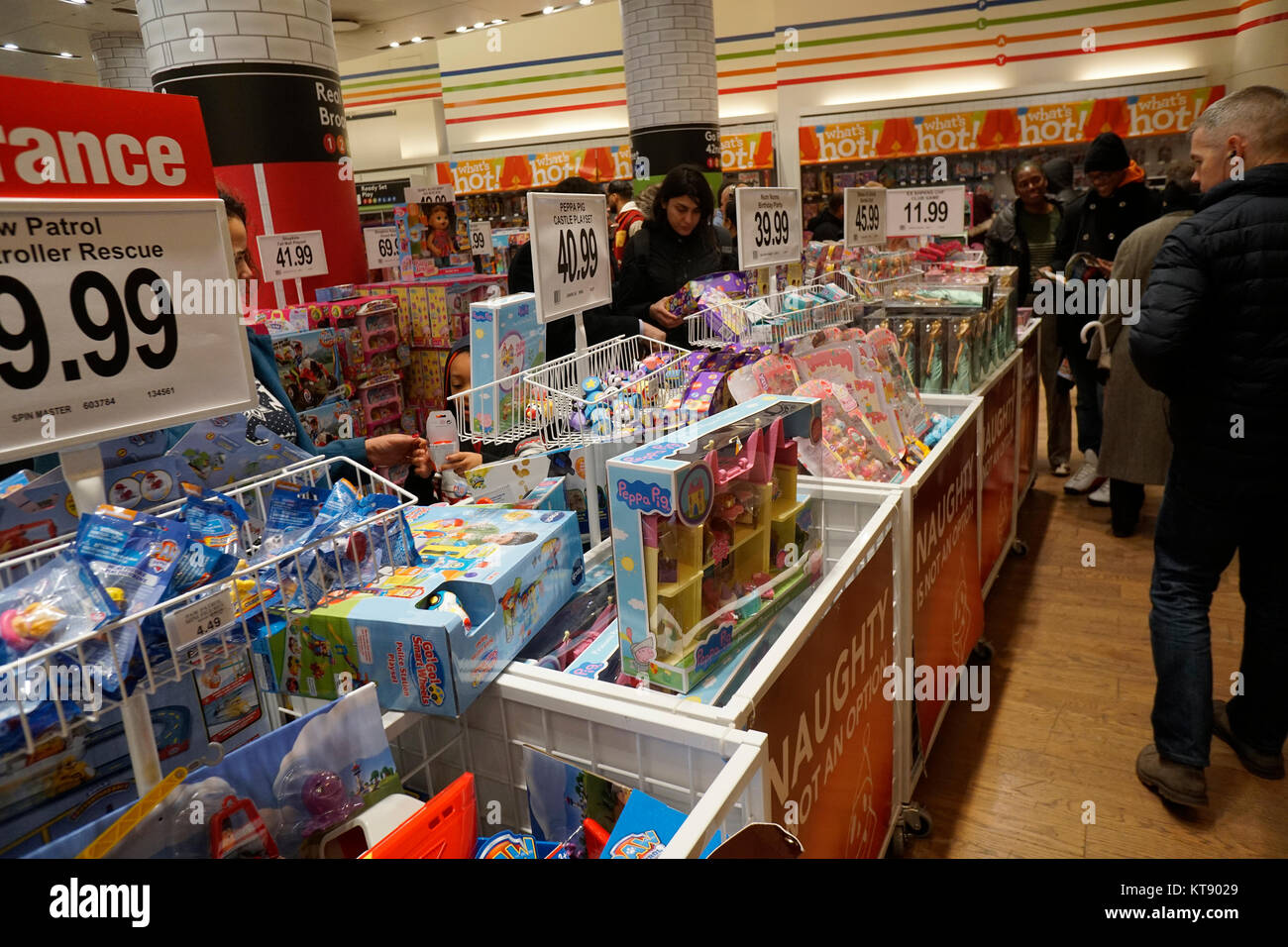 New York, USA. 22nd Dec, 2017. Christmas shoppers mob the Toys R Us location in Times Square in New York on Friday, Stock Photo