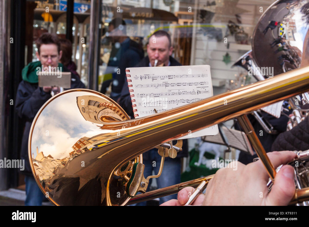 Sidmouth, Devon. 23rd Dec, 2017. UK Weather: Festive buskers out on the streets of Sidmouth, Devon on a mild and - Stock Image