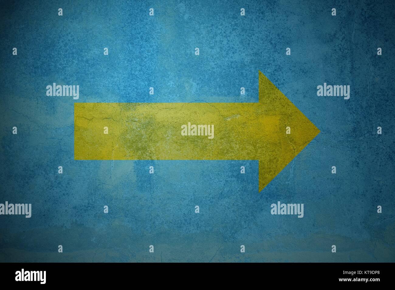 Alte blaue grungeWand mit gelbem Pfeil nach rechts als Hintergrund - Stock Image