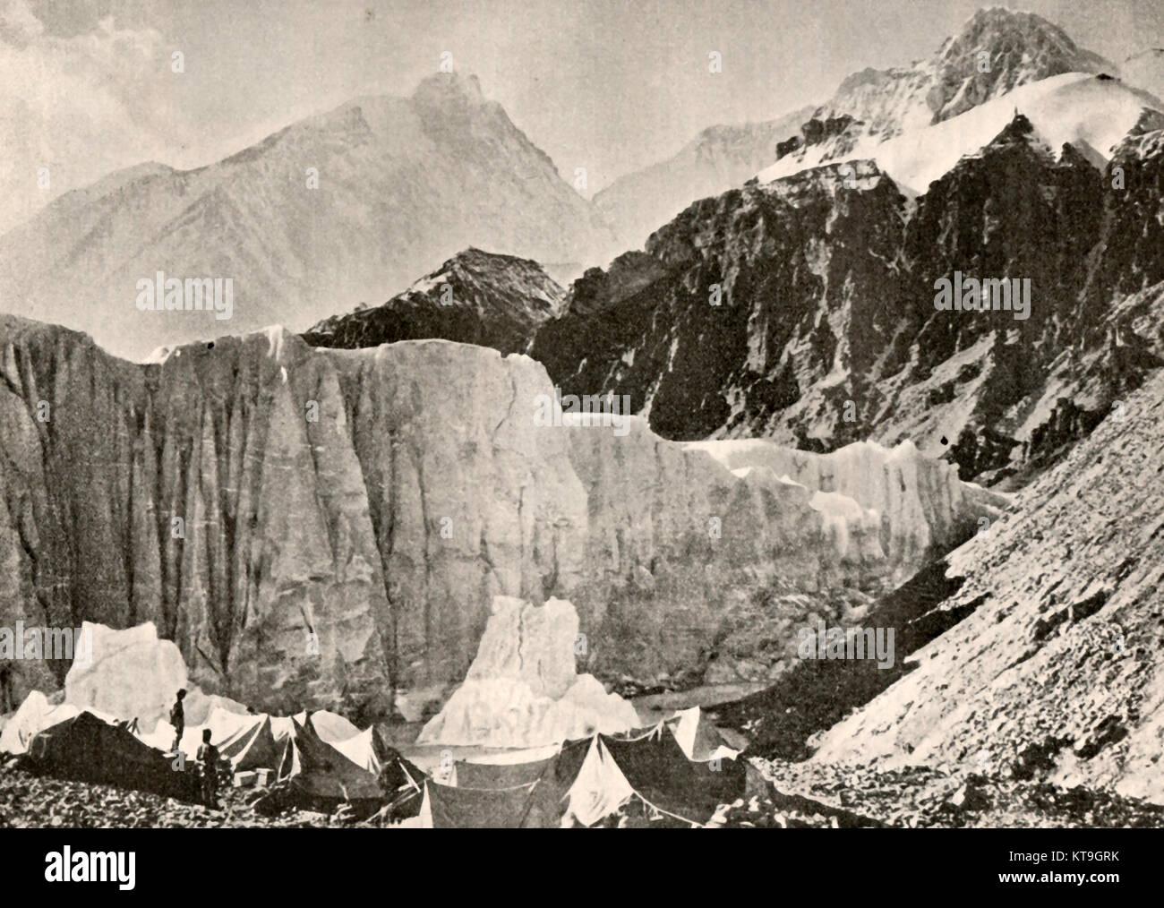EVEREST - British climbers tents at the foot of Mount Everest (aka Sagarmāthā  and  Chomolungma, Himalayas in 1932. - Stock Image