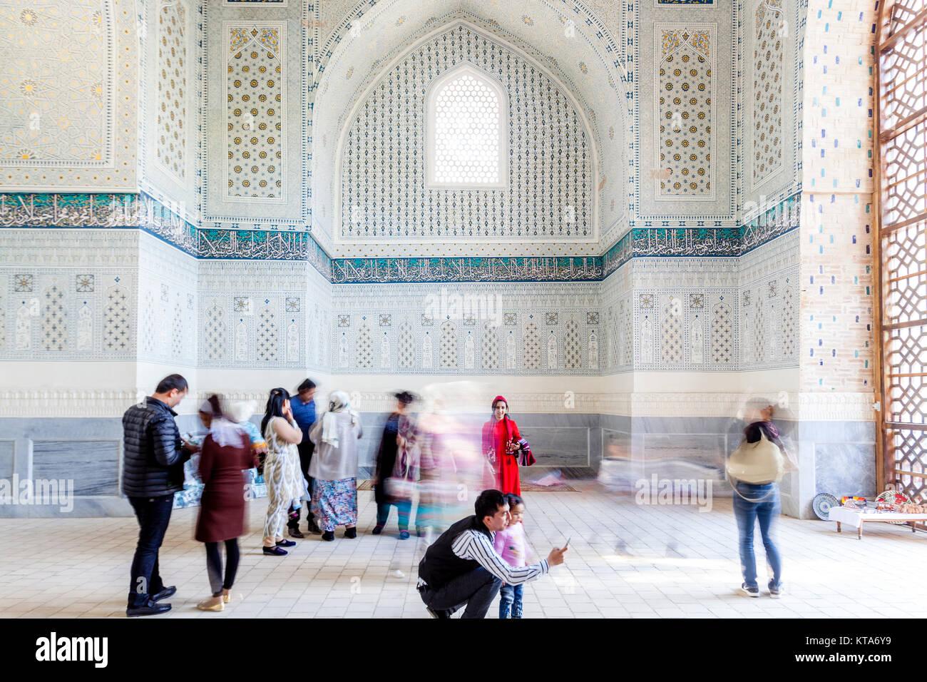 Uzbek Visitors At The Bibi Khanym Mosque, Samarkand, Uzbekistan - Stock Image