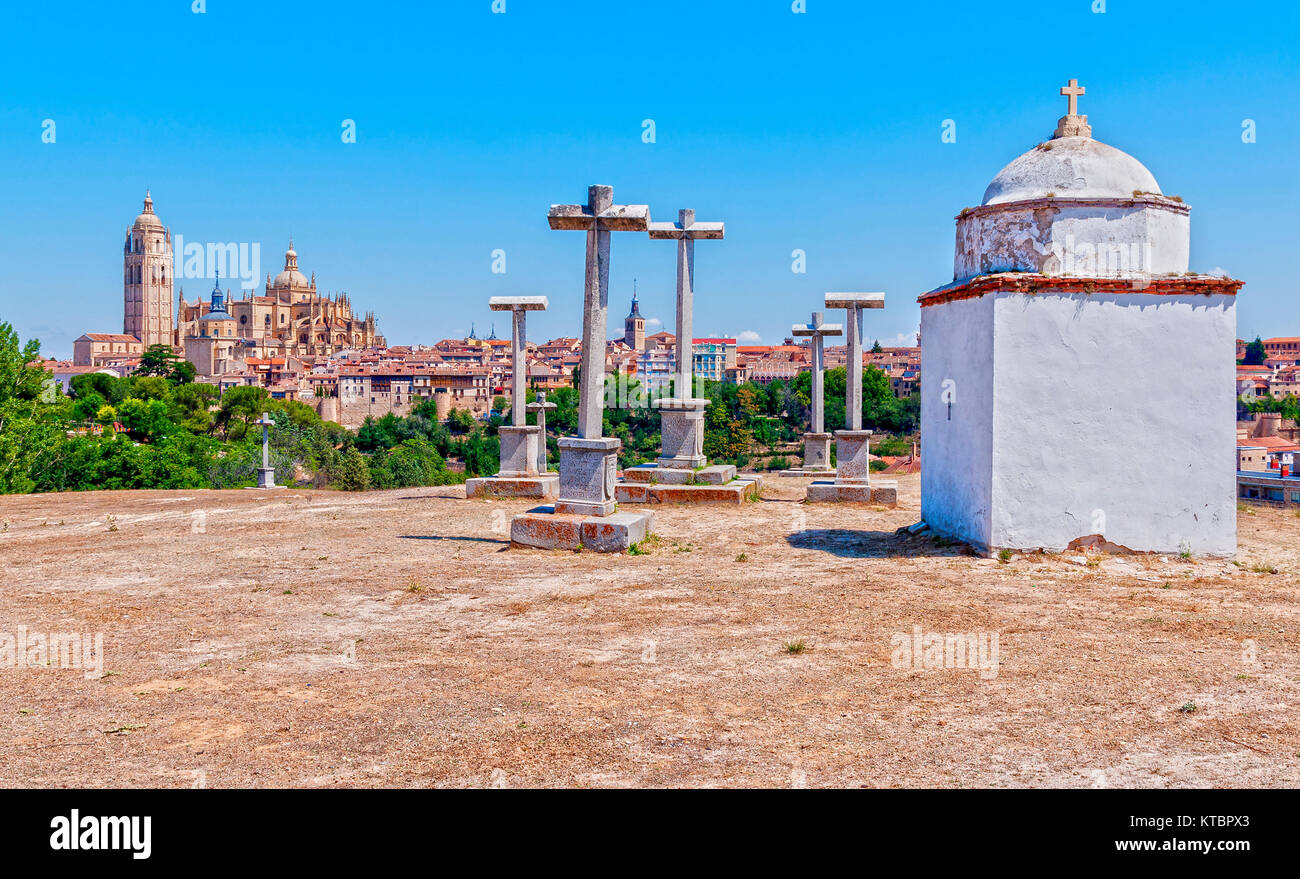 Catedral de Segovia y cruces de piedra. Segovia. Castilla León. España. Ciudad patrimonio de la humanidad. - Stock Image
