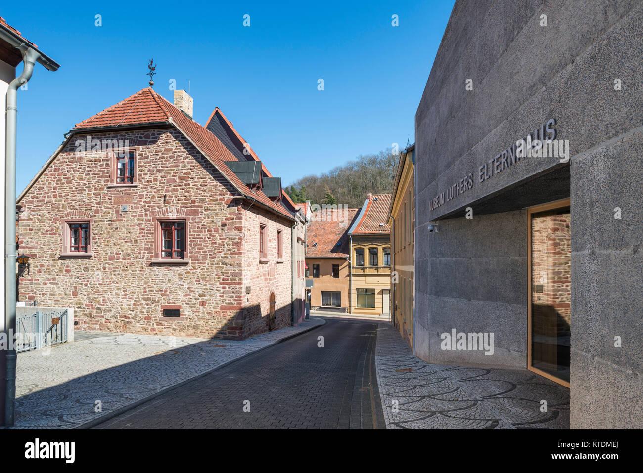Luthers Elternhaus, lebte hier 1484-1497, rechts moderner Museumsneubau von 2014, Mansfeld-Lutherstadt, Sachsen - Stock Image