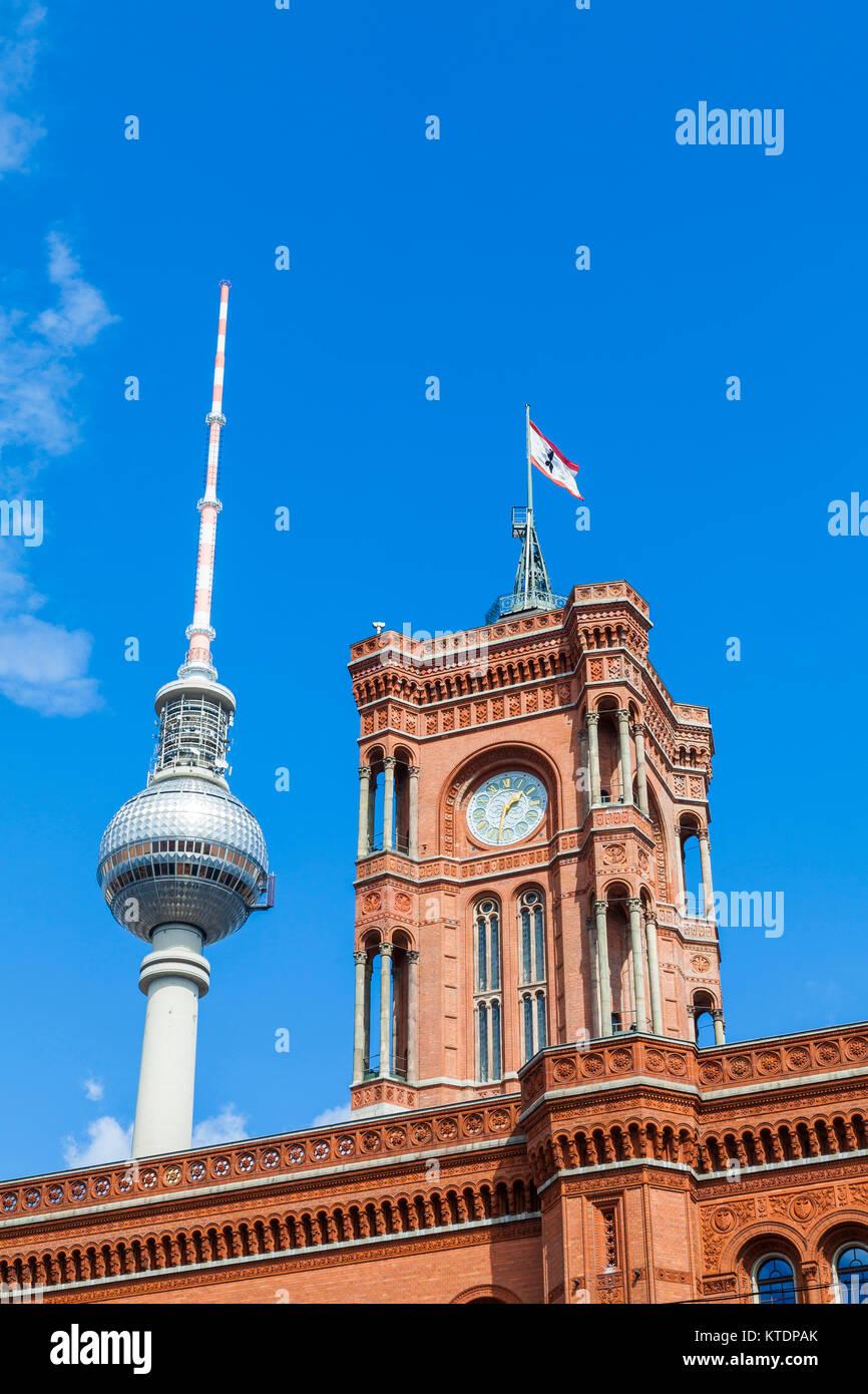 Deutschland, Berlin, Alexanderplatz, Fernsehturm, Rotes Rathaus, Rathaus - Stock Image