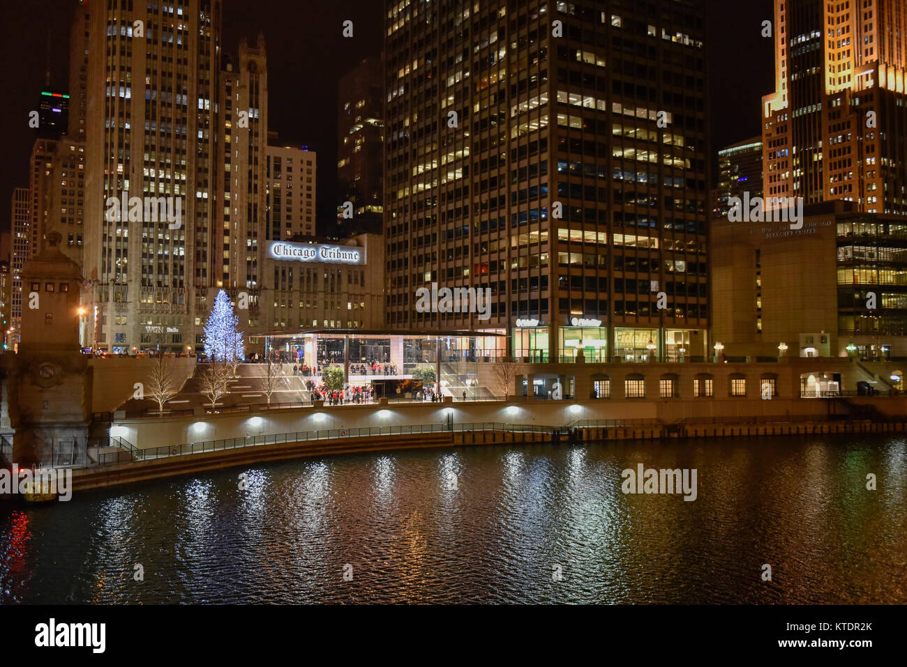 Chicago, USA.  21 December 2017.  The new flagship Apple store, designed by Foster + Partners, located on the riverfront - Stock Image