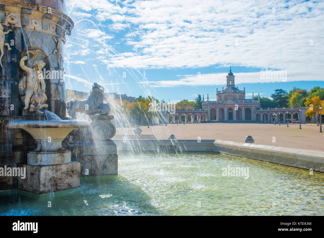 Fountain and San Antonio church. Aranjuez, Madrid province, Spain. - Stock Image