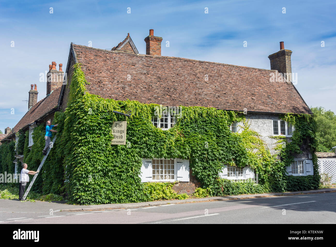 16th century The Kings Head Restaurant, Station Road, Ivinghoe, Buckinghamshire, England, United Kingdom - Stock Image
