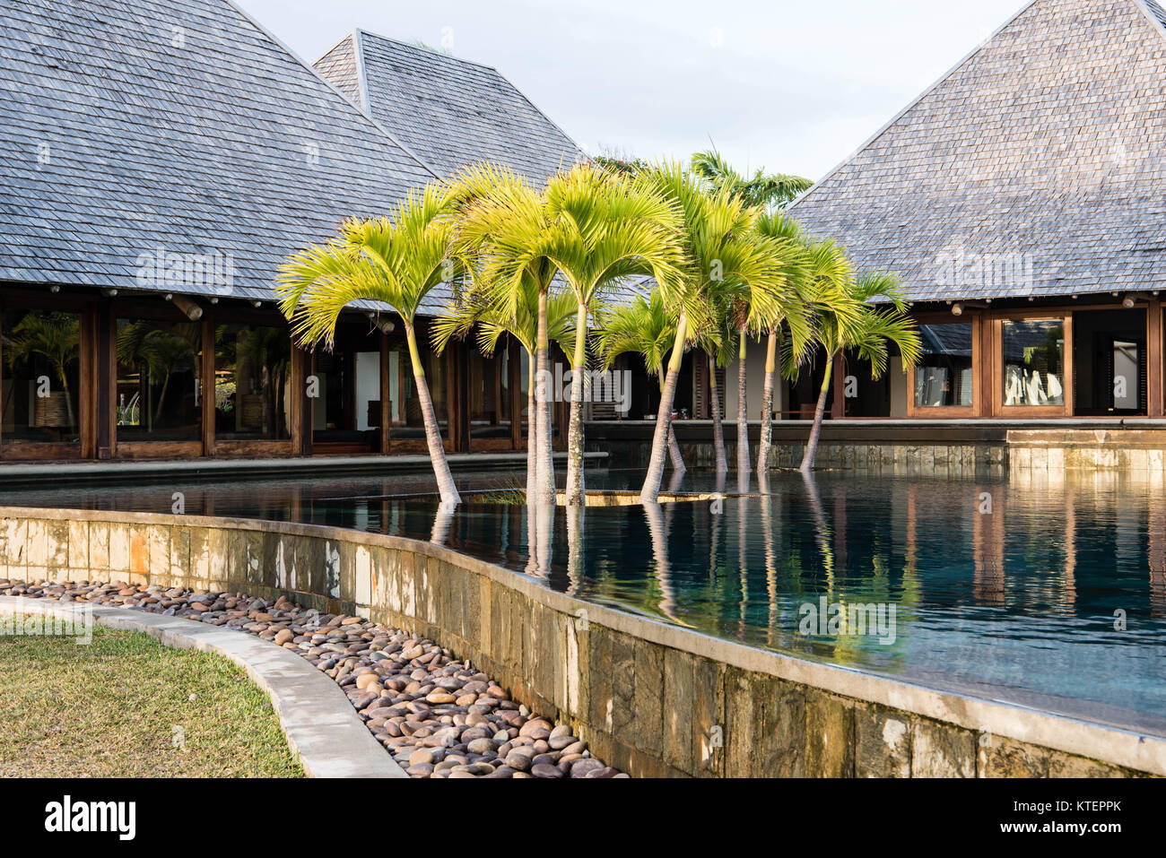 The infinity pool at the Heritage Awali hotel, in the south of Mauritius - Stock Image