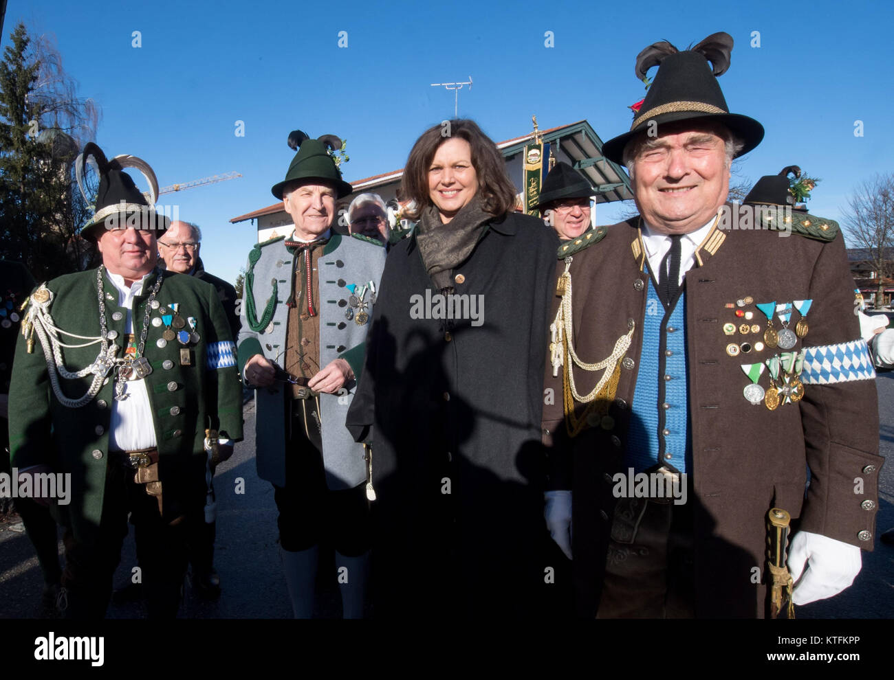 Waakirchen, Germany. 24th Dec, 2017. Mayor of Waakirchen Sepp Hartl (Freie Waehler, l-r); the former premier of - Stock Image