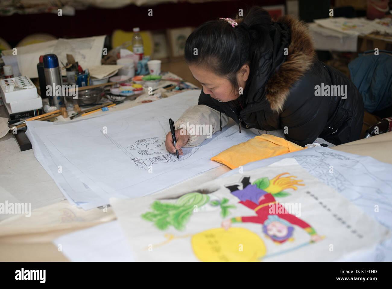 Jiajiang, China's Sichuan Province. 24th Dec, 2017. A painter copies an old print in Jiajiang County of Leshan - Stock Image