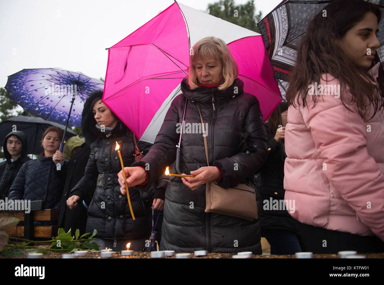 Sochi, Russia. 25th Dec, 2017. People lay flowers and light candles on the seafront in Adler, Sochi, in memory of Stock Photo