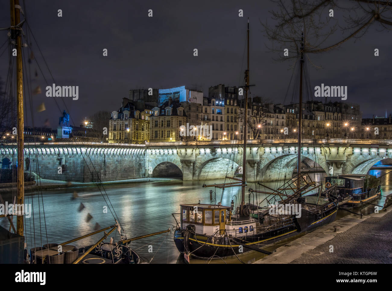 Boats in Paris on pier, hight time - Stock Image