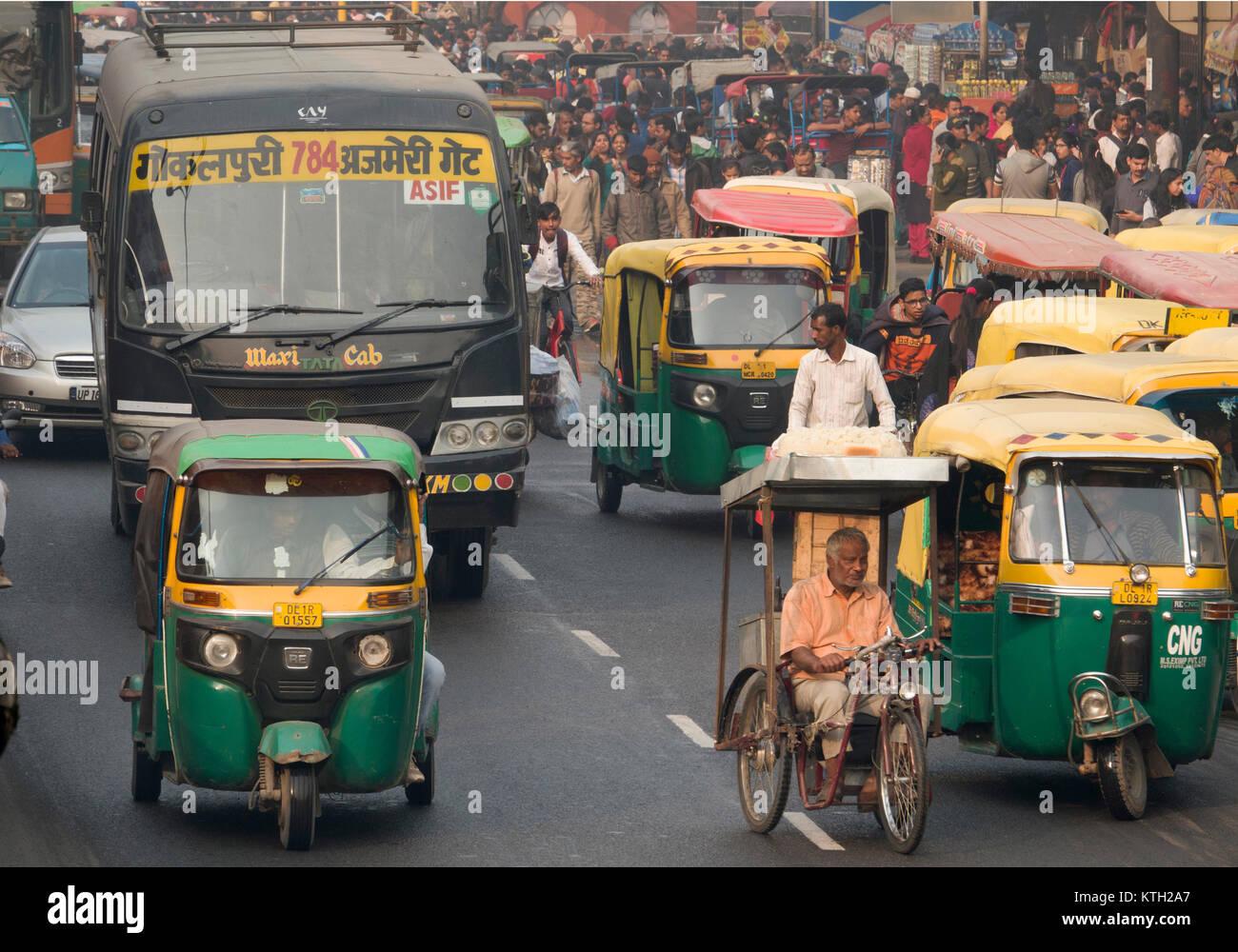 Busy traffic street scene in New Delhi, India - Stock Image