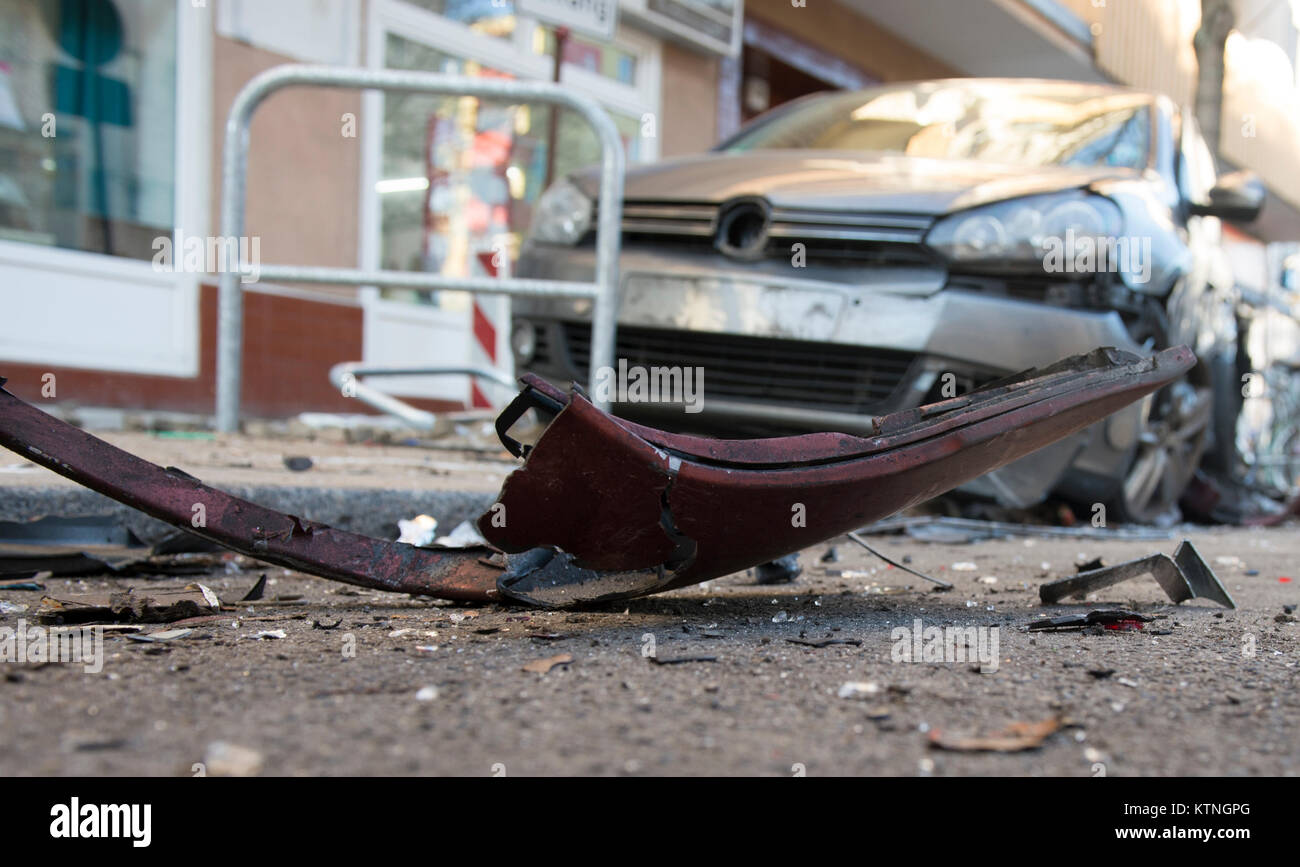Berlin, Germany. 26th Dec, 2017. A badly damaged car on Beusselstrasse in Berlin, Germany, 26 December 2017. During - Stock Image