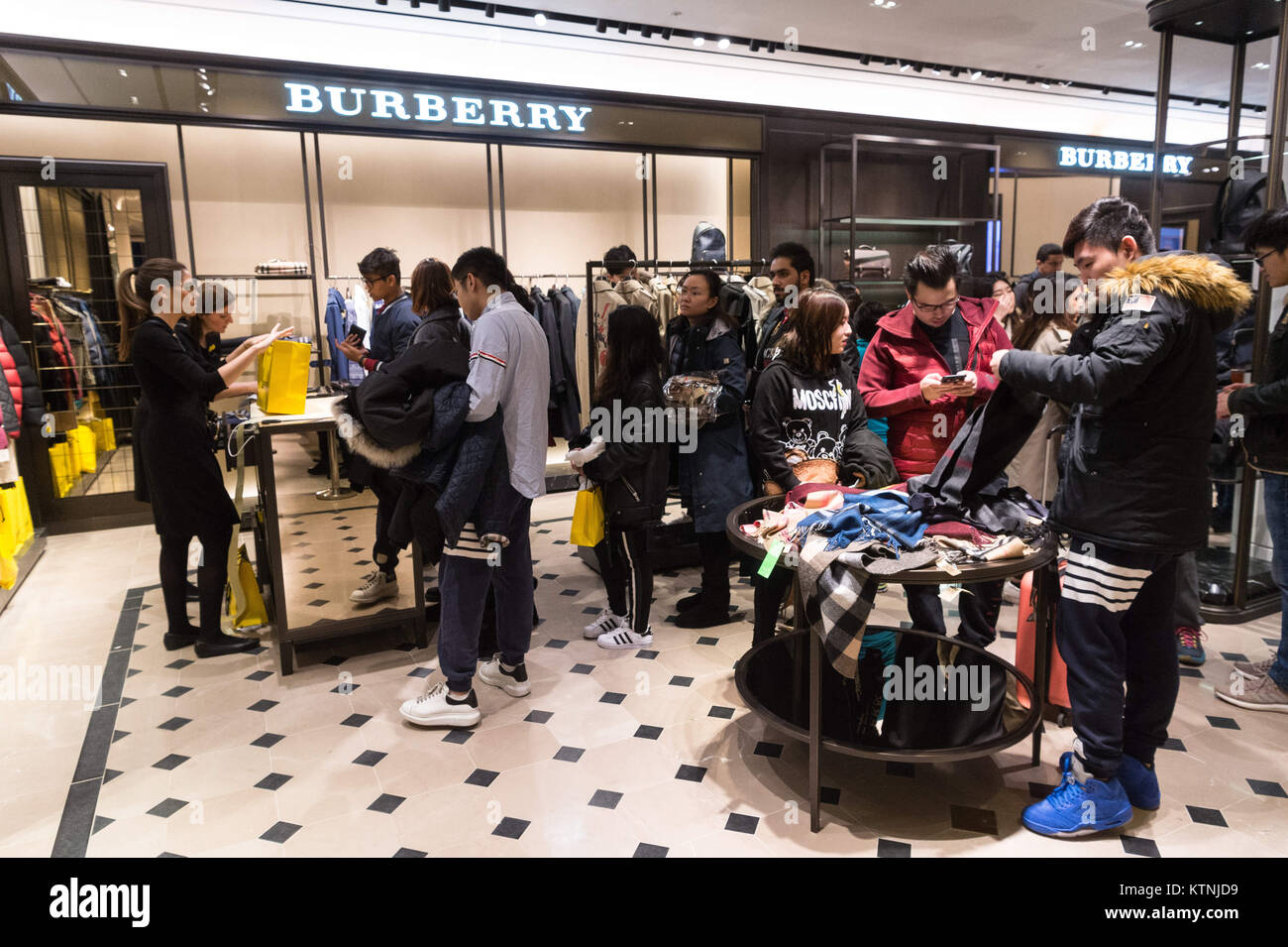 London, UK. 26th Dec, 2017. Shoppers hunt for bargains at the Selfridges department store Boxing Day sale in Oxford Stock Photo