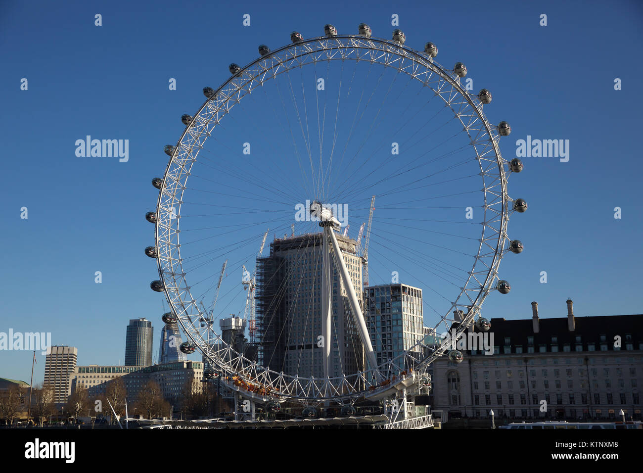 London, UK. 28th Dec, 2017.Blue skies although very chilly over the London Eye Credit: Keith Larby/Alamy Live News - Stock Image
