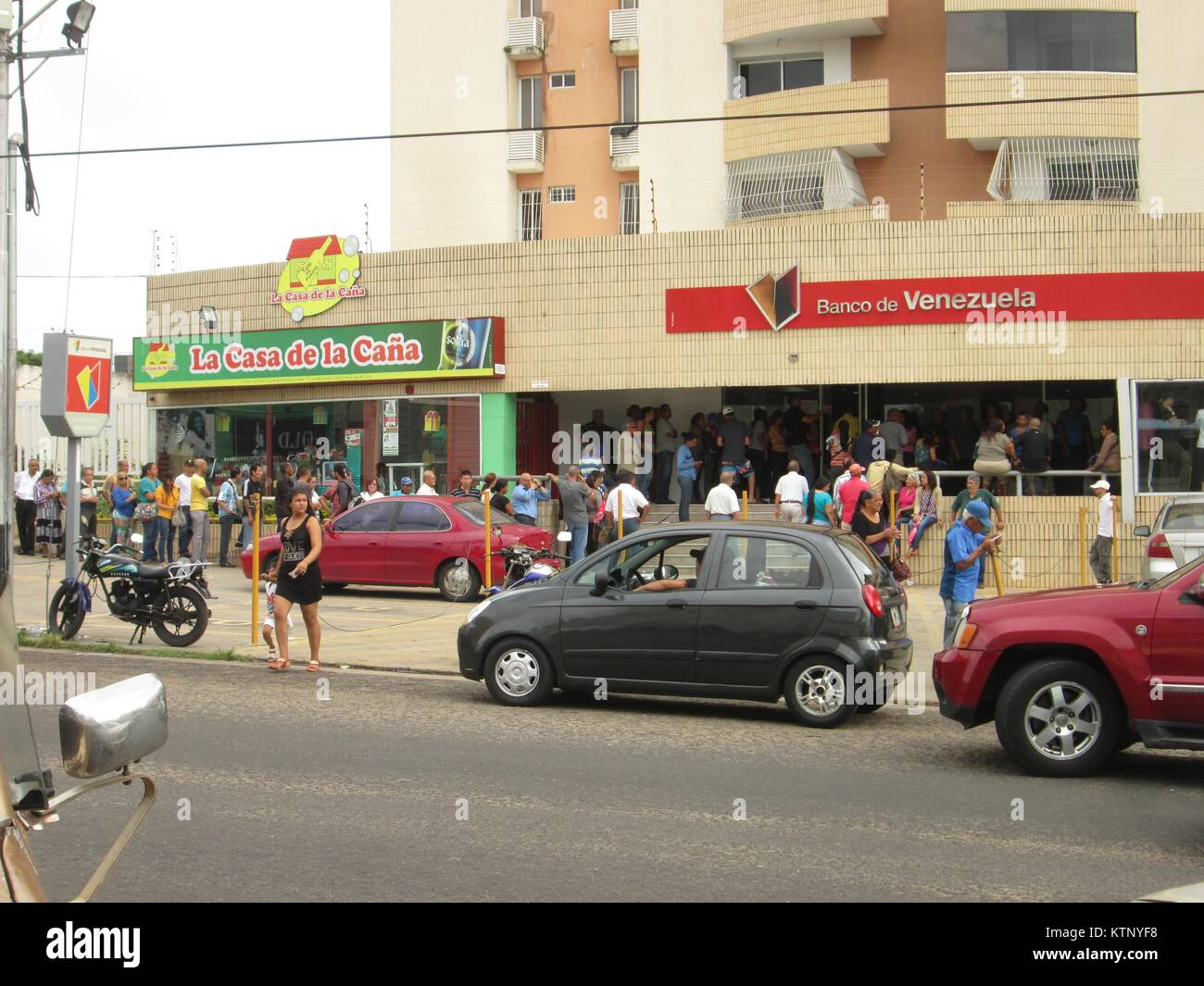 Guayana City, Venezuela. 28th Dec, 2017. Economy, Banking, Bussines, Lifestyle. News: Long lines of people are observed - Stock Image