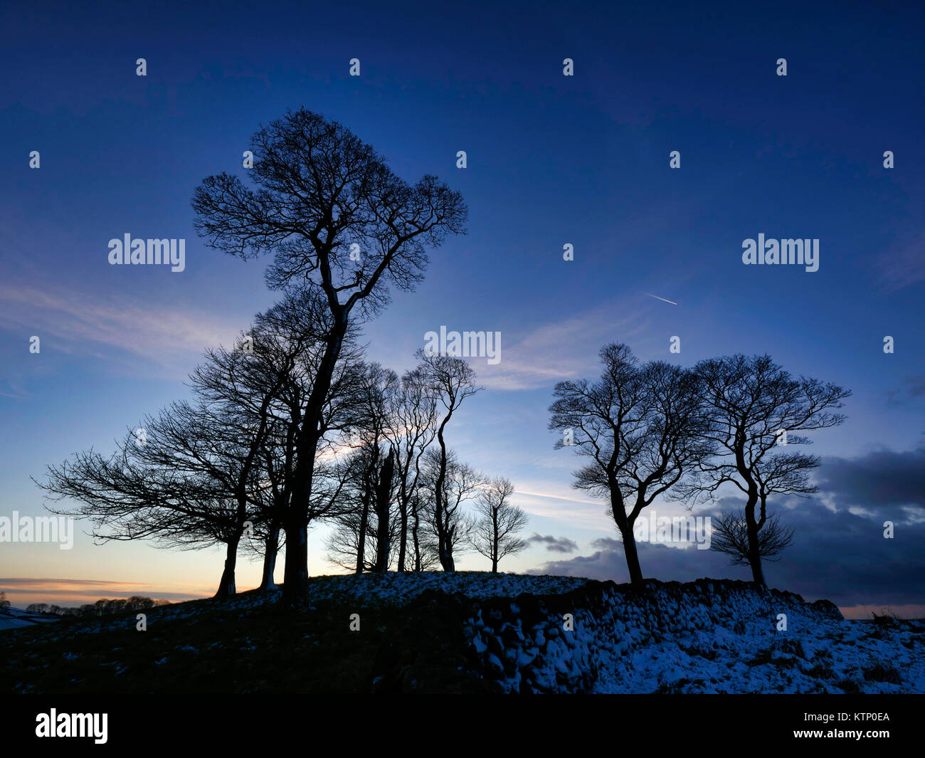 Moat Low, Derbyshire. 28th Dec, 2017. UK Weather: Moat Low Derbyshire spectacular sunset over the snow capped Bronze Age Round Barrow near Tissington in the Peak District National Park Credit: Doug Blane/Alamy Live News Stock Photo