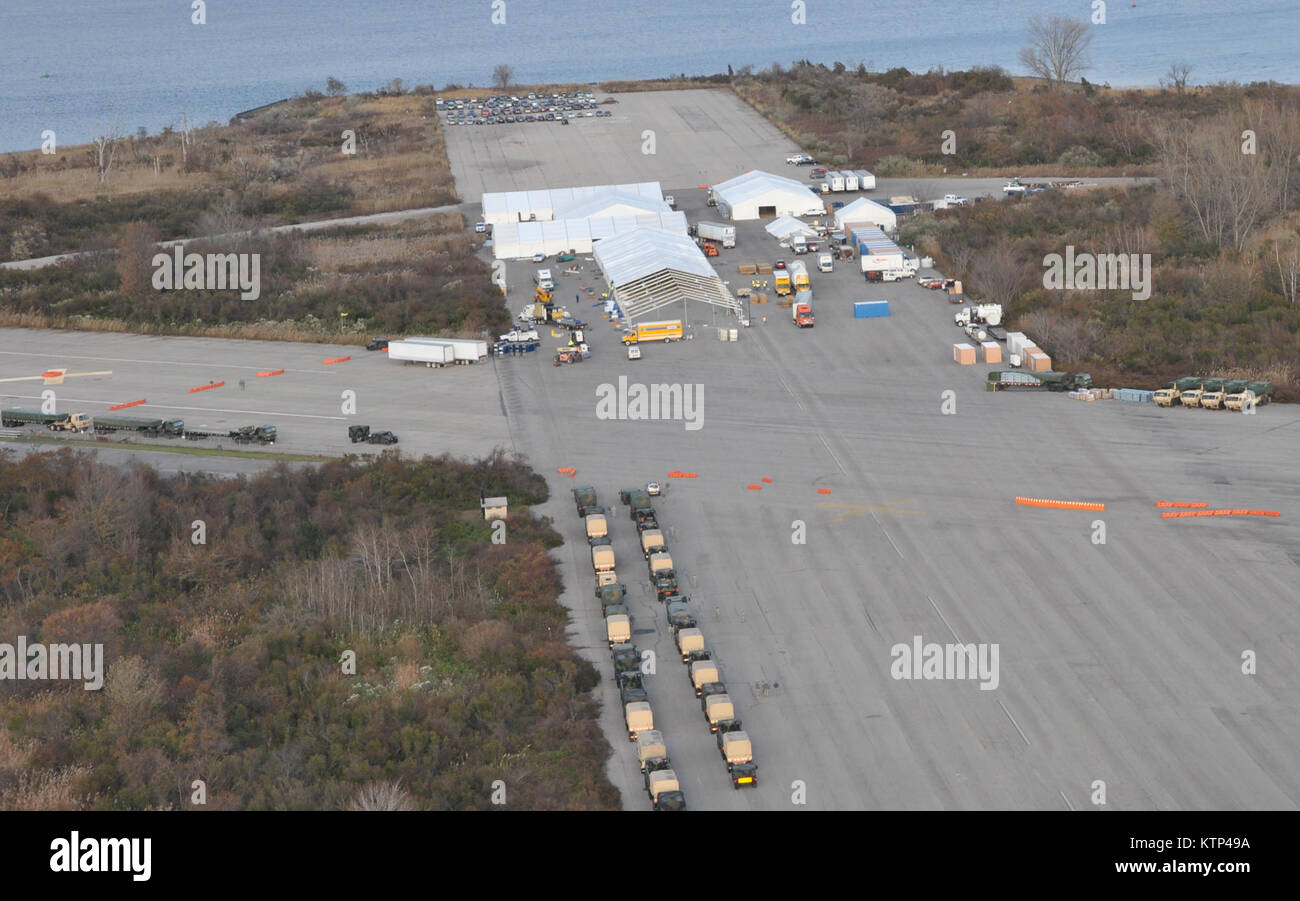 NEW YORK--New York Army National Guard sets up a logistics support area at Floyd Bennett Field in Queens, NY to - Stock Image