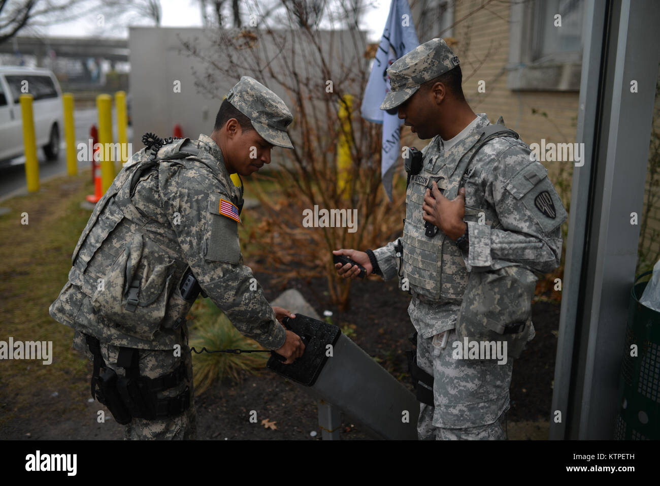 NEW YORK, NY - New York Air Servicemembers with Joint Task Force Empire Shield clear their weapons before leaving - Stock Image
