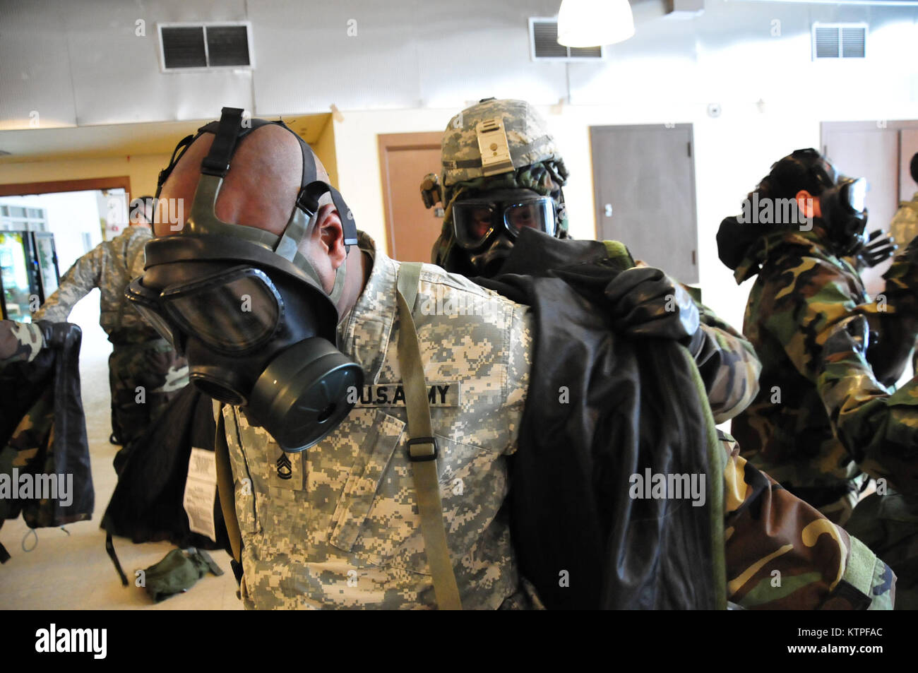 Soldiers of the 42nd Infantry Division assist each other while working through the Joint Service Lightweight Integrated - Stock Image