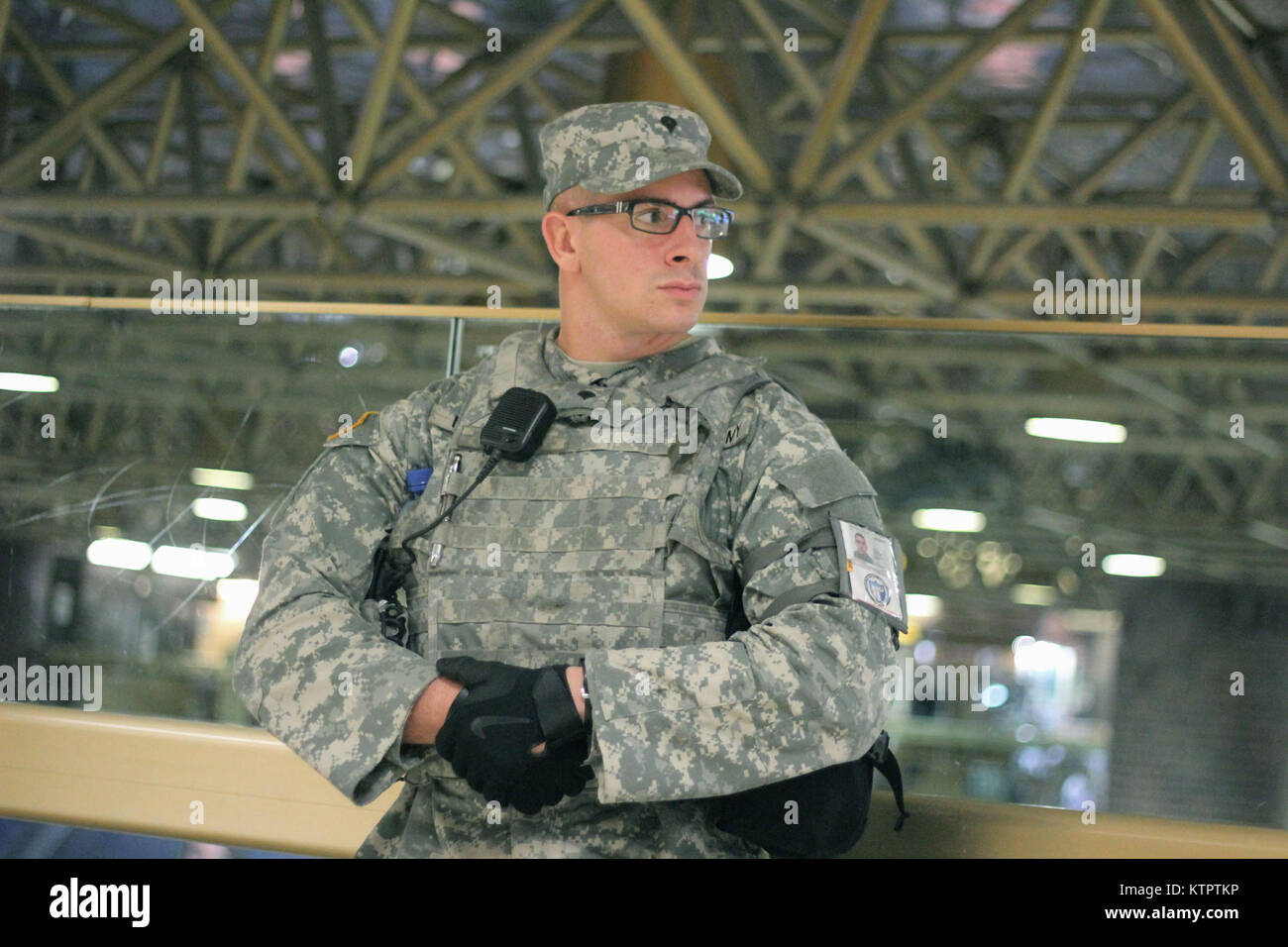 A New York Army National Guard Soldier from Joint Task Force Empire Shield helps provide security support at New Stock Photo