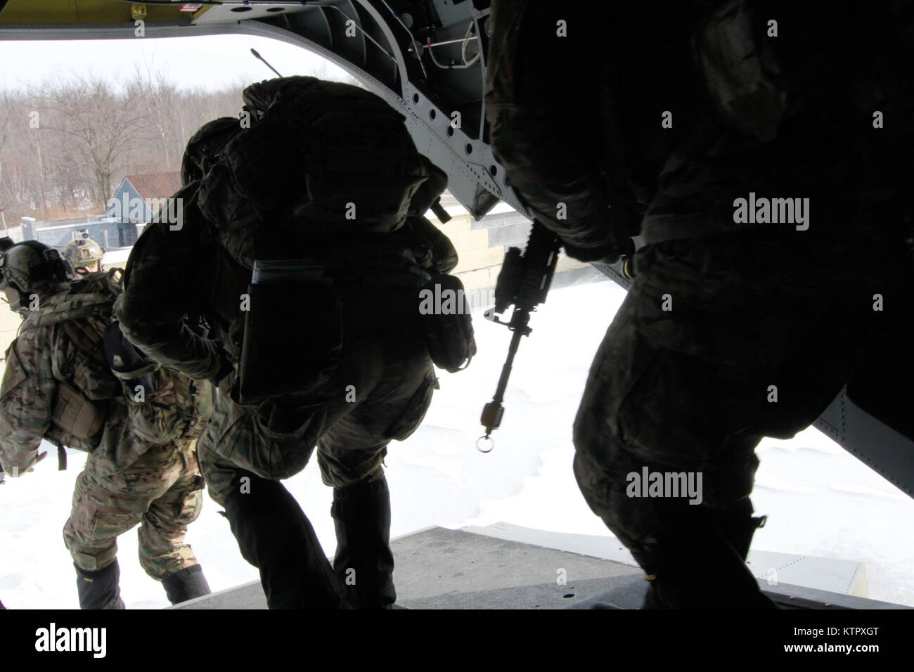 Air National Guard joint terminal air controllers from the 274th Air Support Operations Squadron disembark a CH - Stock Image