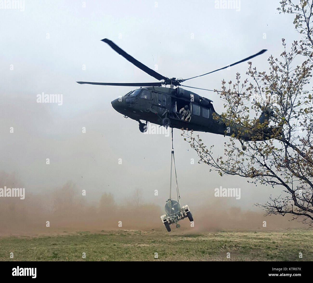 FORT DRUM, N.Y. -- New York Army National Guard aviators of the 3rd Battalion, 142nd Aviation sling-load a trailer - Stock Image