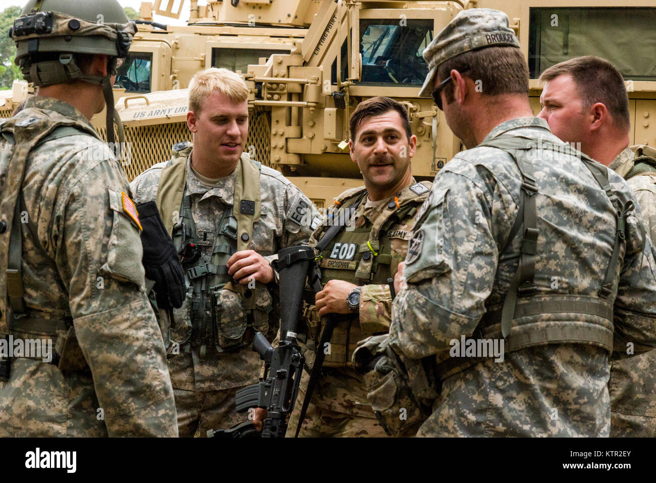New York and Massachusetts Army National Guard Explosive Ordnance Disposal (EOD) Soldiers discuss mission planning - Stock Image
