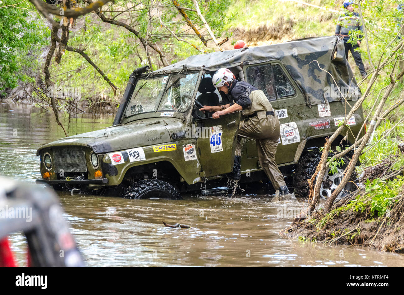 SALOVKA, RUSSIA - MAY 5, 2017: Annual racing on SUVs on impassability at the annual competition 'Trofi rubezh - Stock Image