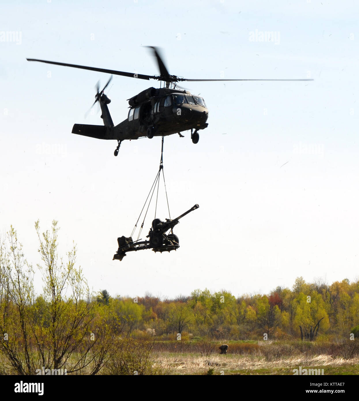 An aircrew of the New York Army National Guard's 3rd Battalion, 142nd Aviation airlifts one of a dozen 105 mm - Stock Image