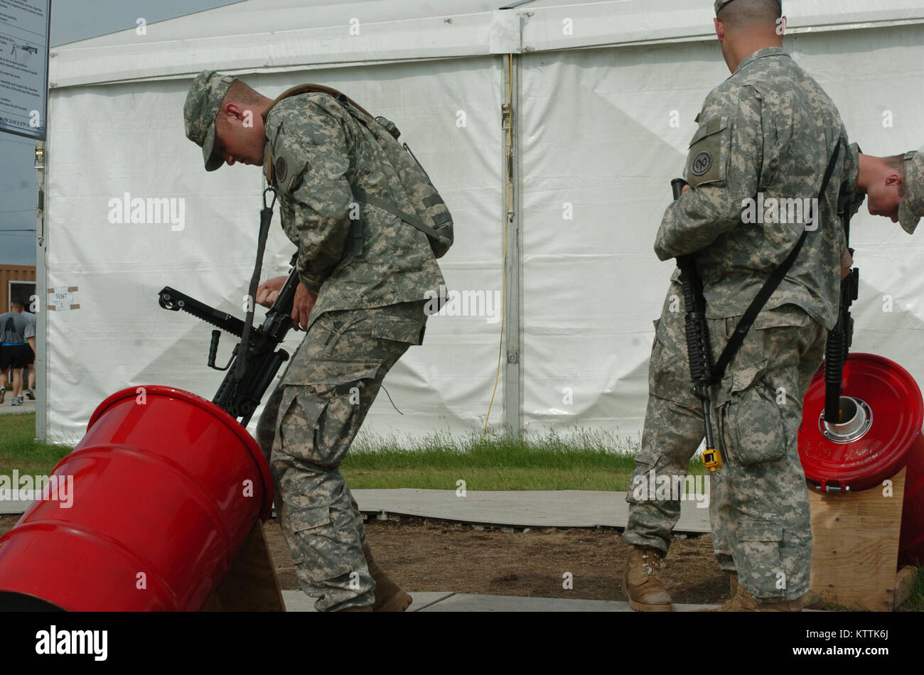 110526-A-4276-360Soldiers of the 27th Infantry Brigade Combat Team clear their weapons before entering the mess - Stock Image