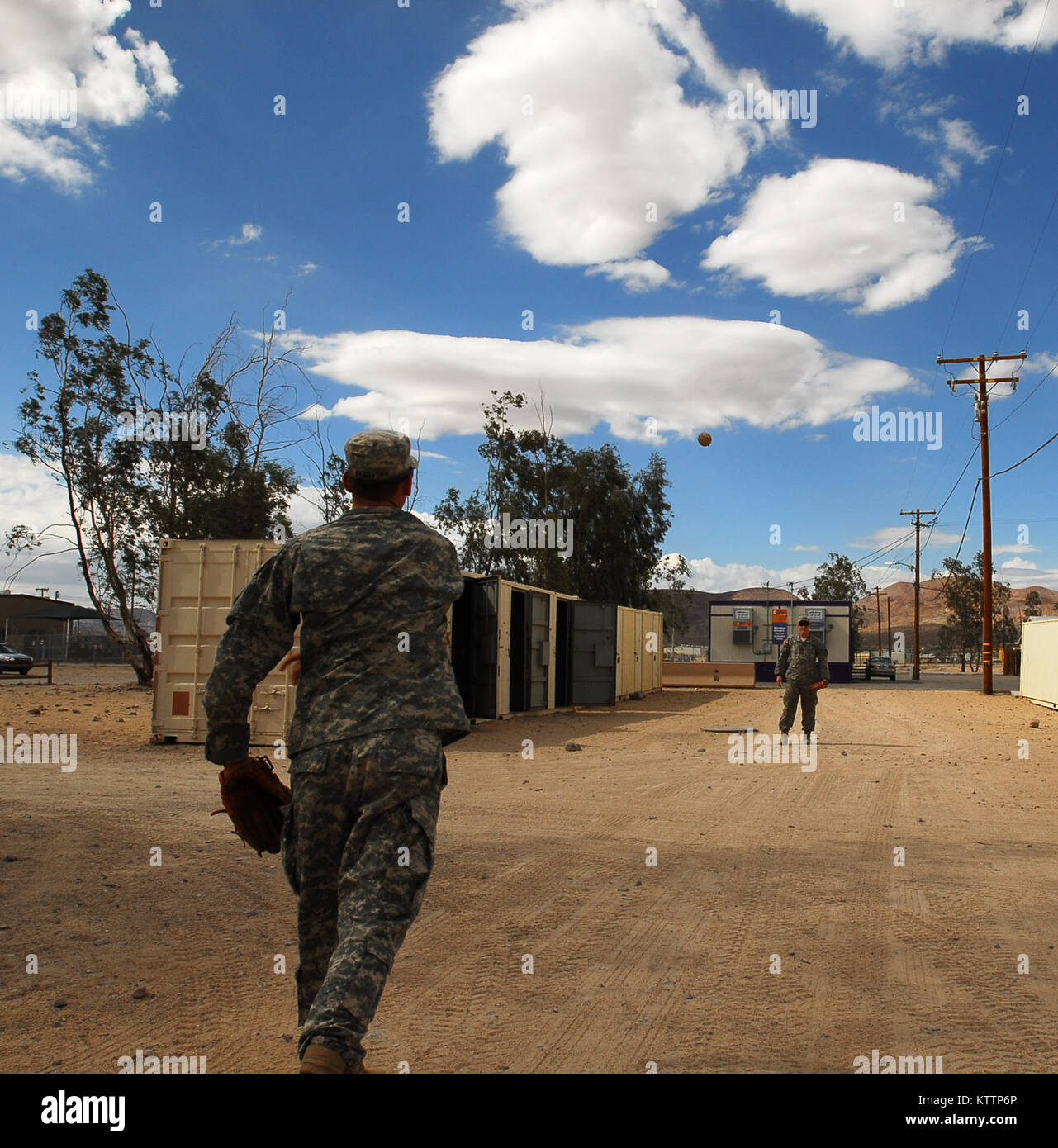 NATIONAL TRAINING CENTER, FORT IRWIN, CA – Spc. Charles Perry (left) and Spc. Ryan Galbraith (right), both of Hilton - Stock Image