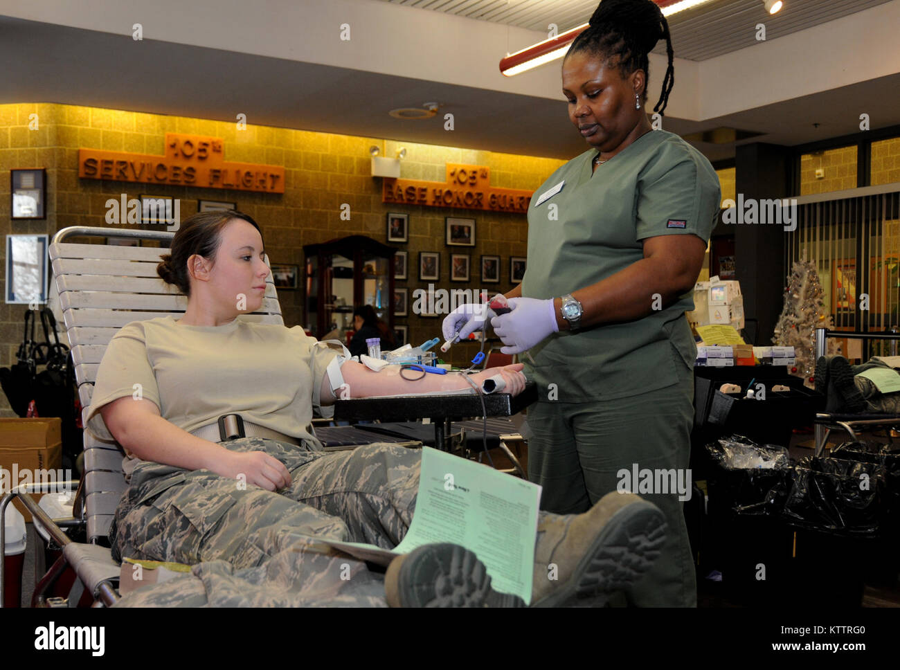 STEWART ANGB, N.Y. –Technician Judy preps A1C Deanna De Laura for her donation of blood at the holiday blood drive, - Stock Image