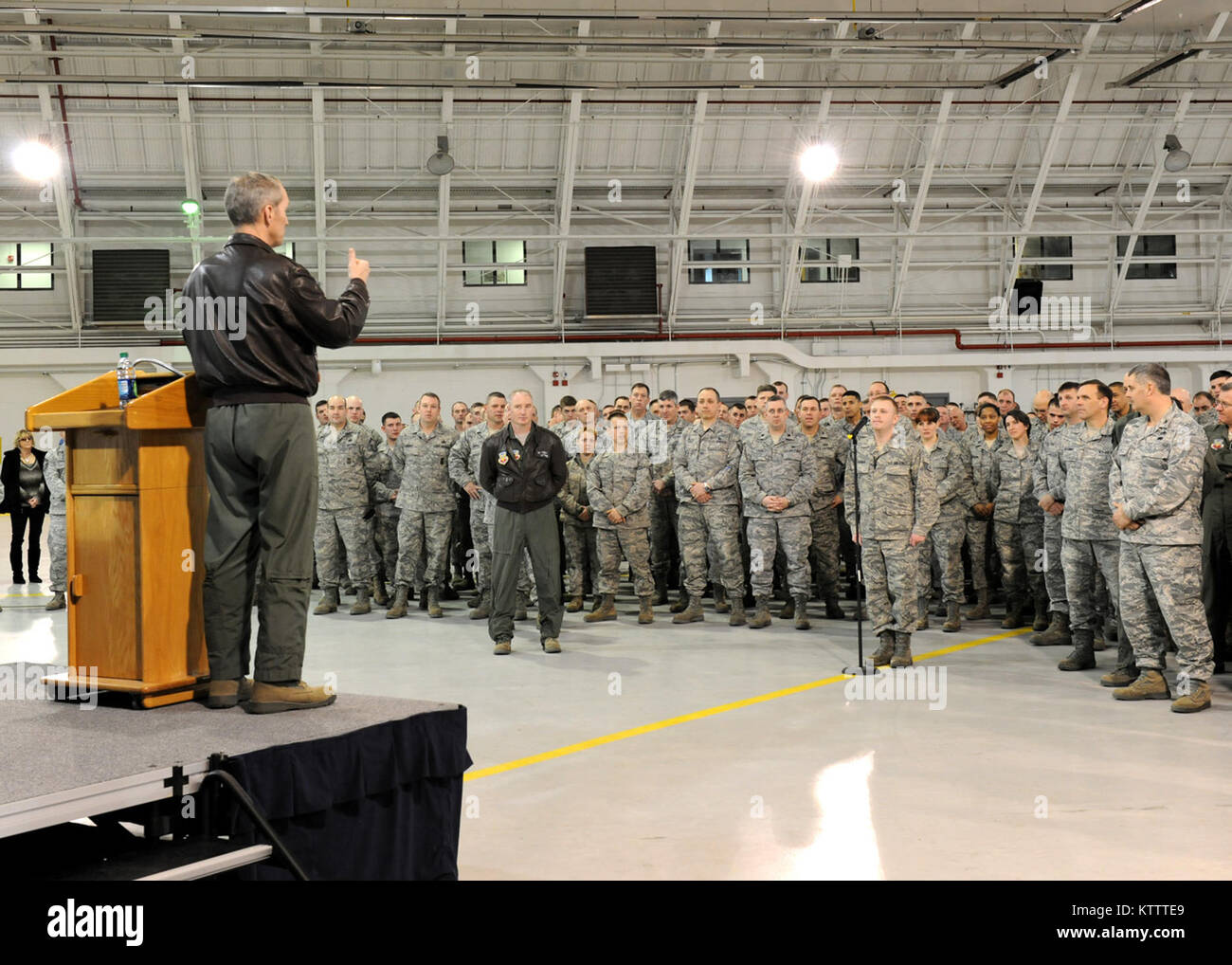 U. S. Air Force Gen. Mike Hostage, Air Combat Command (ACC) Commander, answers a question asked by Staff Sgt. Jason - Stock Image