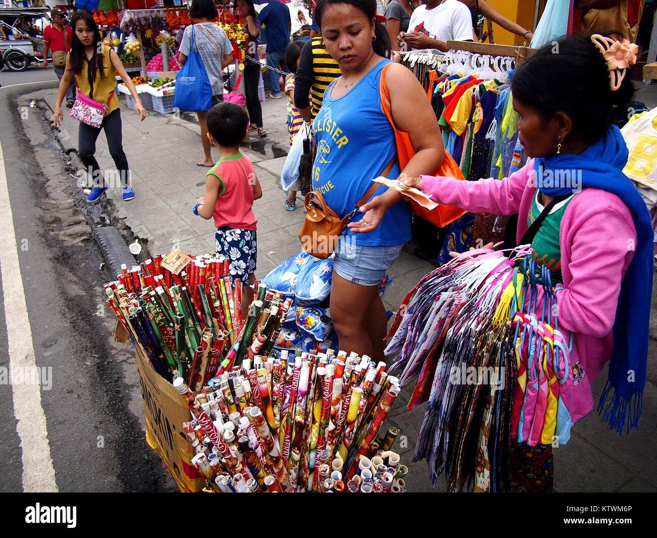 ANTIPOLO CITY, PHILIPPINES - DECEMBER 23, 2017: A street vendor sells christmas gift wrappers at a sidewalk. - Stock Image