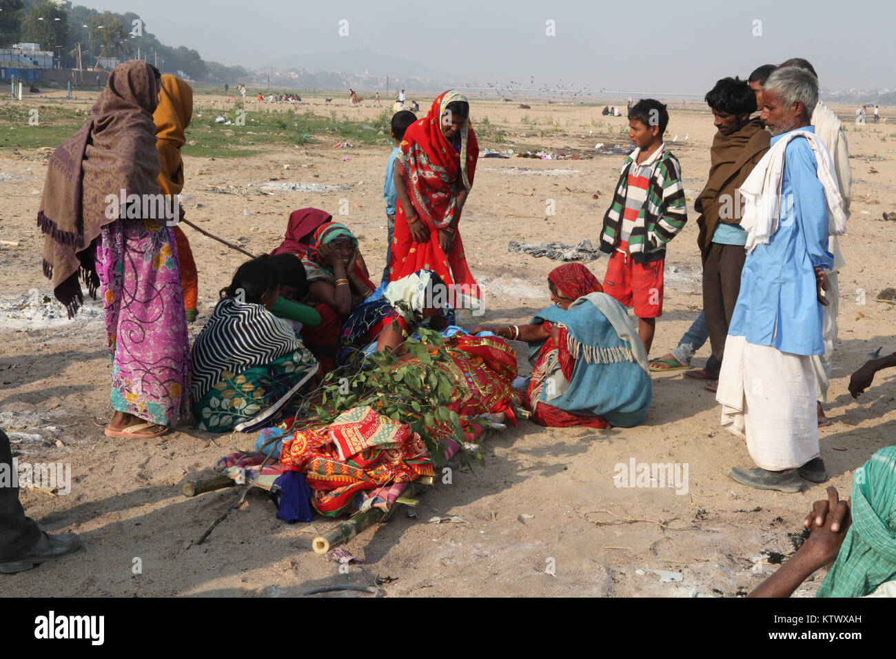 The relatives of a deceased man grieve over his body before it is cremated in Gaya, Bihar, India - Stock Image