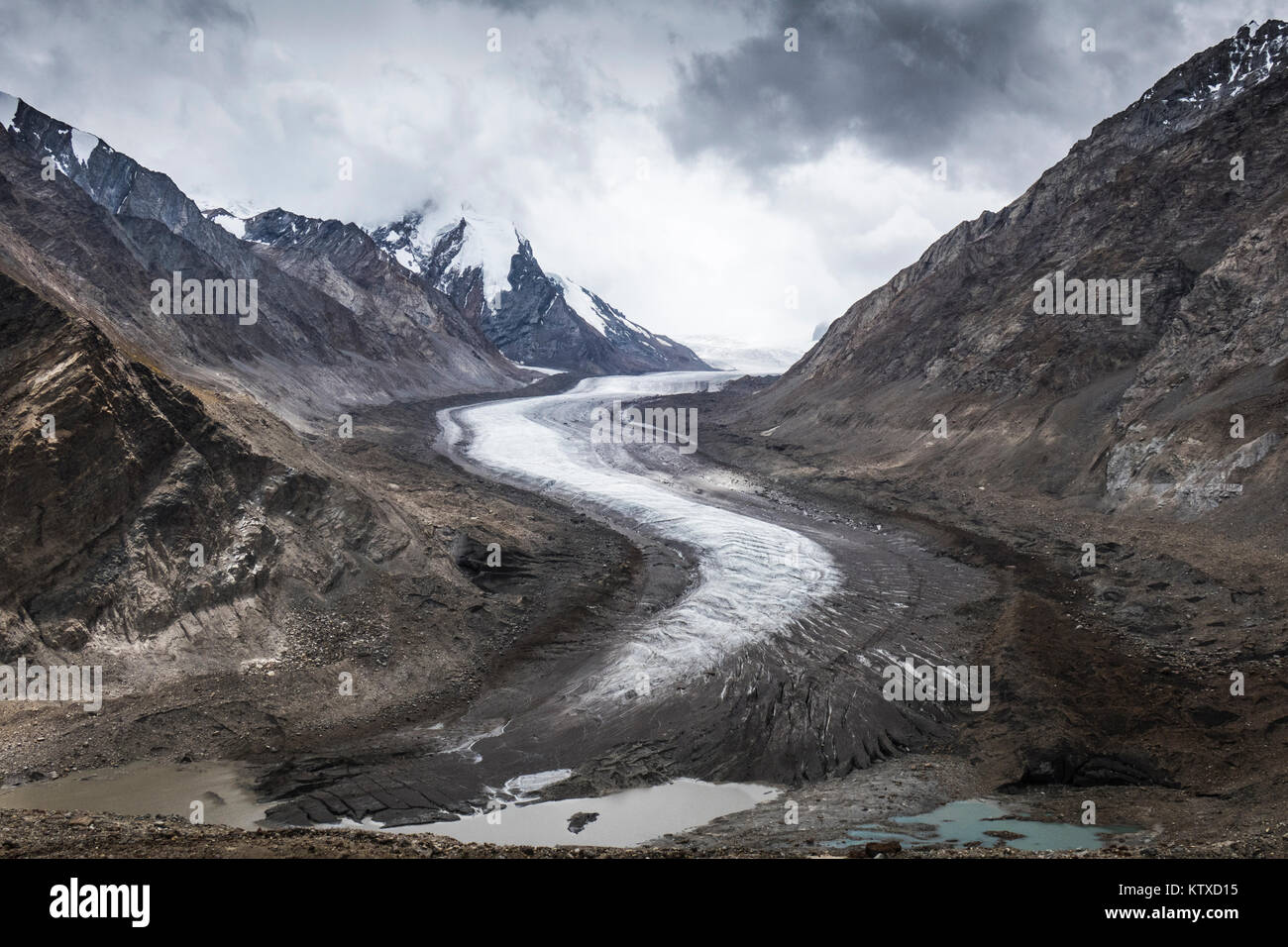 Dropping down from Penzi La, looking at the glacial moraine that feeds into the Stod River, one of the tributaries - Stock Image